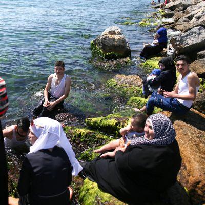 Syyrian pakolaiset vilvoittelevat meressä Istanbulissa.