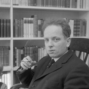 Kirjailija Veijo Meri kotonaan 1950-luvulla