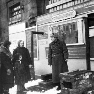 Människor i Leningrad under belägringen.