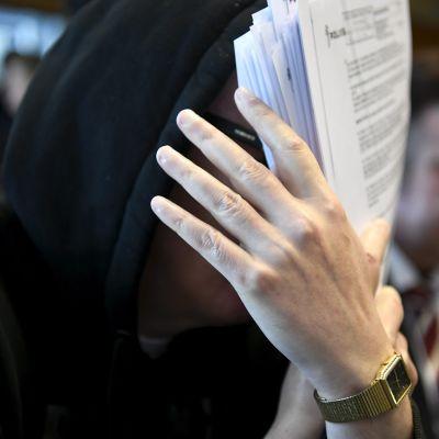 Sarjakuristaja Michael Penttilä Helsingin käräjäoikeudessa.