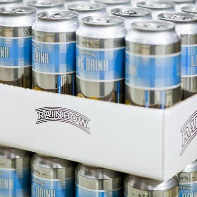 Rainbow long drink -tölkkejä Inex Partnersin logistiikkakeskuksessa.