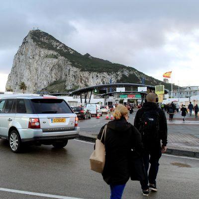Ihmisiä matkalla kohti Gibraltaria.