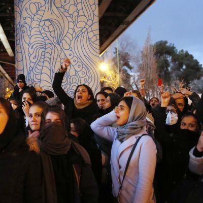 Iranilaisia kokoontui mielenosoitukseen Teheranissa 11. tammikuuta.
