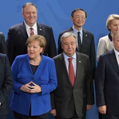 Maailman johtajat poseerasivat Berliinin Libya-kokouksessa. Etualalla Ranskan presidentti Emmanuel Macron, Saksan liittokansleri Angela Merkel, YK:n pääsihteeri António Guterres sekä Venäjän presidentti Vladimir Putin.