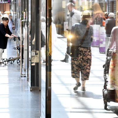 kuluttajia kauppakeskuksessa