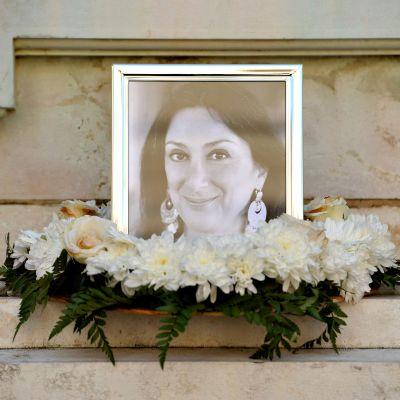 Daphne Caruana Galizian muistoksi on tuotu kukkakimppu ja sytytetty kynttilät pääkaupunki Vallettassa.
