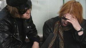 Iso-Bepe (Olli Keskinen) ja B. B. Korhonen (Heikki Silvennoinen) haastattelutilanteessa.