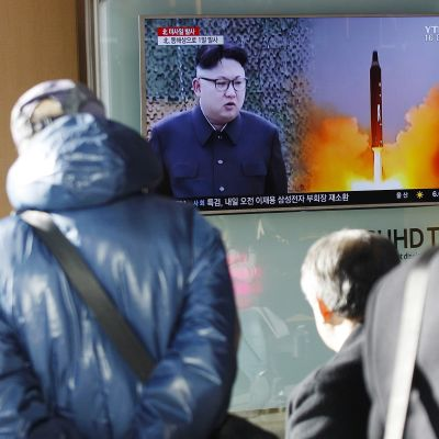 Ihmiset Etelä-Koreassa seuraavat televisiosta uutista Pohjois-Korean tekemästä ohjuskokeesta 12. helmikuuta 2017.