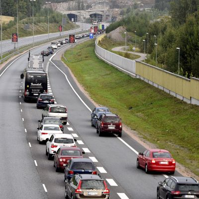 Autojono Turunväylällä.