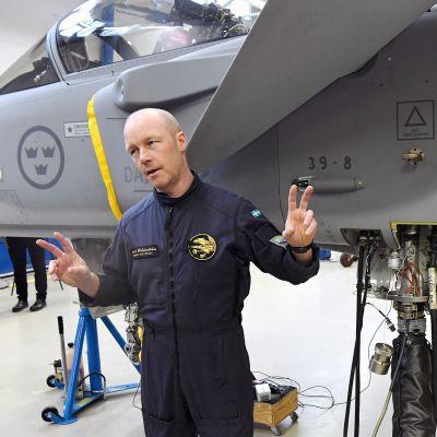 Gripen E -sarjan hävittäjä ja koelentäjä Andre Brännström Saabin Linköpingin tehtaalla Ruotsissa.
