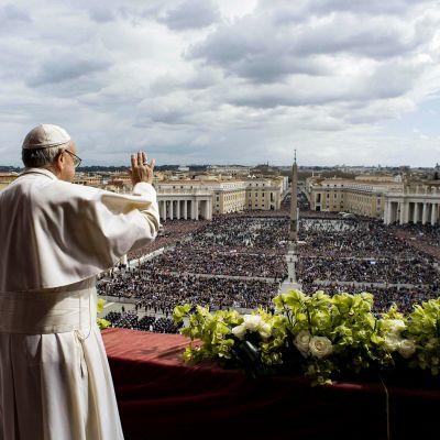 Pietarinkirkon parvekkeelta puhunut paavi Franciscus.