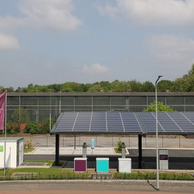 Ensimmäinen Saksassa käyttöön otettu sähköautojen pikalatausasema, joka toimii aurinkoenergialla. Asema on Duisburgissa.