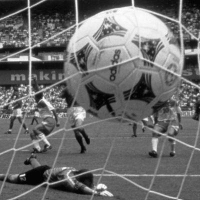 Jalkapallon MM-kisat 1994. Meksiko - Italia -jalkapallo-ottelu. Meksikon Marcelino Bernal tekee maalin. Jalkapallo maaliverkossa, Italian maalivahti Luca Marchegiani makaa maassa maalin edustalla. Pallo maalissa.