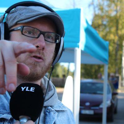 Mikko Maasola juontaa suoraa lähetystä Multialta.