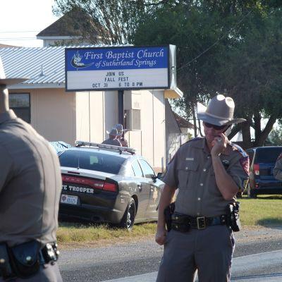 Poliiseja ampumapaikalla First Baptist -kirkon ulkopuolella Texasin Sutherland Springsissä.