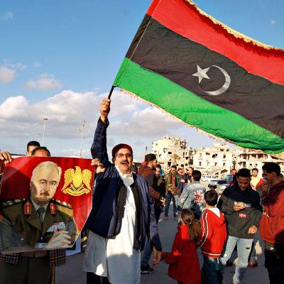 Libyalaisia juhlimassa Benghazissa 17. helmikuuta 2020.