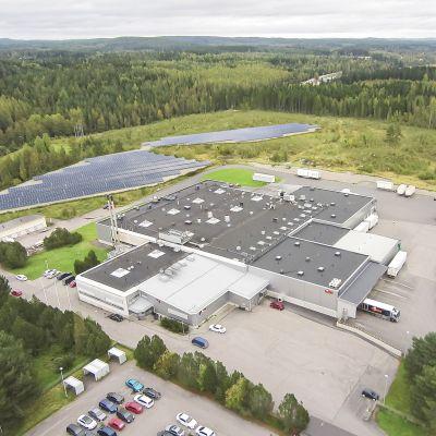 Havainnekuva Elosen aurinkovoimalasta. Aurinkopaneeleja leipomon viereisellä maa-aluella.