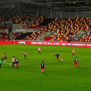 Spelarna i Brentford och Luton knäböjer före en match.