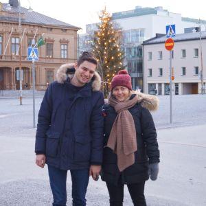 Daniel Keleperas och Athina Pavli på torget i Jakobstad.