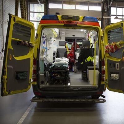 Ambulanssi paloasemalla lähtövalmiina.