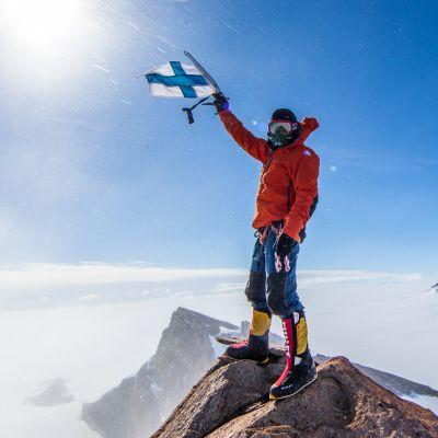 100-vuotiaan Suomen kunniaksi lippu liehuu myös 2598 metrin korkeudessa Etelämantereella, huipulla nimeltä Mount Suomi