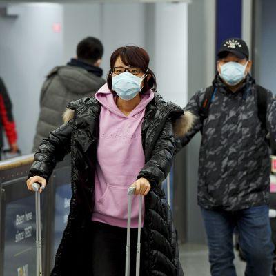 Aasialaisia matkustajia Helsinki-Vantaan lentokentällä 30. tammikuuta.