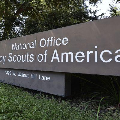 Boy Scouts of American kyltti järjstön päämajan edustalla.