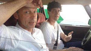 Kasper Strömman och arkitekt Juha Ilonen sitter i en bil