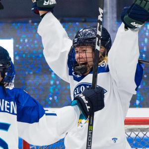 Vilma Tanskanen firar mål.