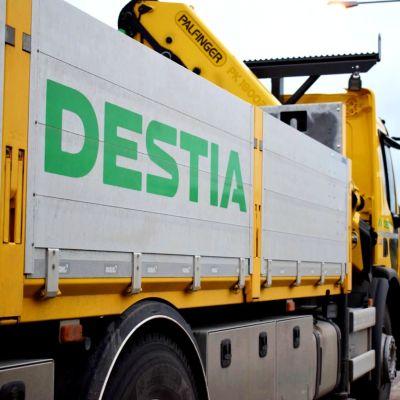 En vägarbetsbil med Destias logo på sidan.