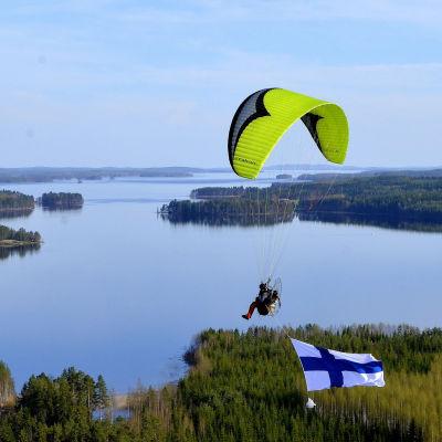 En paramotorflygare över ett havsområde.
