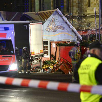 Terrori-iskussa tuhoutuneita kojuja Berliinin Breitscheidplatzilla 19. joulukuuta.