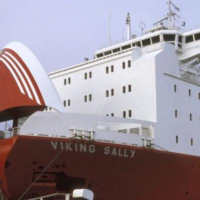 Viking Sally keulavisiiri auki satamassa lastausta varten.