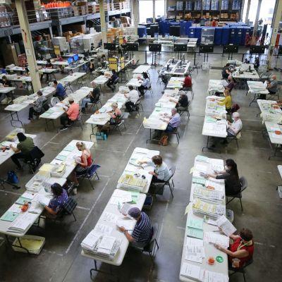 Vaalivirkailijat käsittelevät ennakkoääniä Santa Anassa, Kaliforniassa.