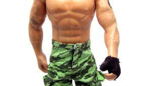 en manlig docka med bar överkropp
