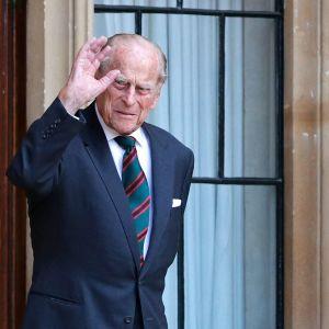 Prins Philip vinkar när han går ut genom en dörr. Bilden tagen i juli 2020.