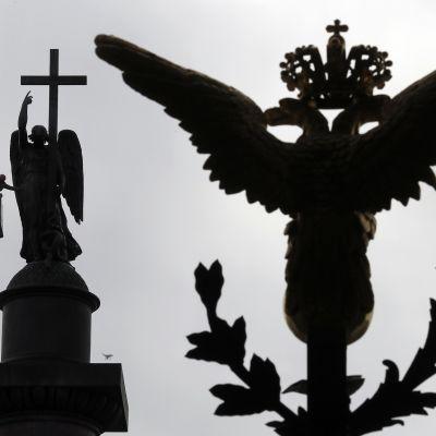Tsaari Aleksanteri I:n muistomerkkiä, Aleksanterin pylvästä puhdistetaan Pietarissa