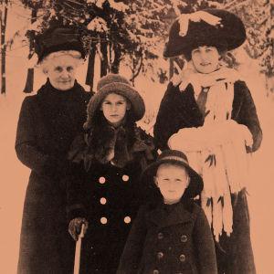Aino Ackté, ätinsä ja lastensa kanssa noin 1914.