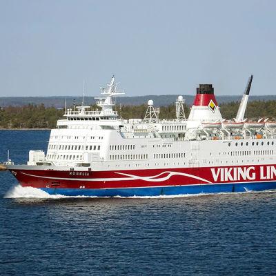 Viking Lines fartyg M/S Rosella i skärgårdsmiljö.