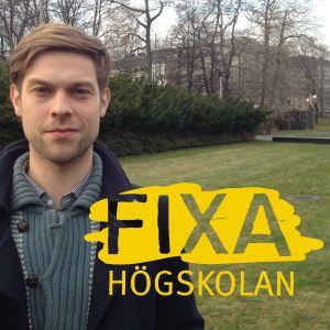 En man står på en gårdsplan, grönt gräs, fixa-logo
