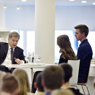 President Sauli Niinistö pratar med ungdomar i Mariehamn.