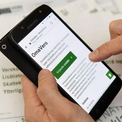 Sisäänkirjoitumissivu Verohallinnon OmaVero-sivulle kännykässä.