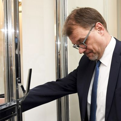 Keskustan puheenjohtaja, pääministeri Juha Sipilä poistuu Keskustan ryhmähuoneesta ennen eduskunnan täysistuntoa 8. maaliskuuta.