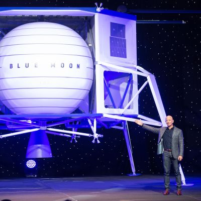 Jeff Bezos esittele Blue Moon kuualusta Washingtonissa.