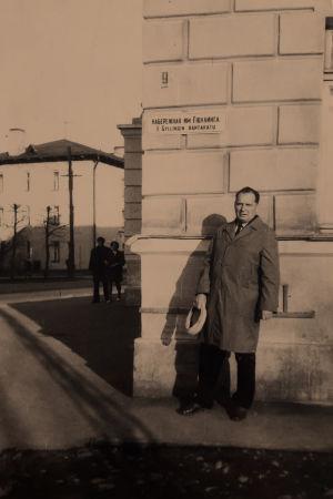 Viktor Gylling Petroskoissa isänsä Edvard Gyllingin mukaan nimeltyllä kadulla.
