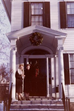 Meri Louhos Rochesterin kotinsa kortailla 1960.