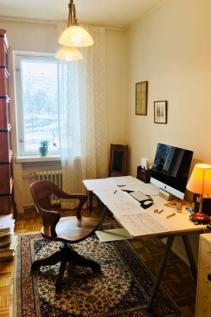 Säveltäjä Sebastian Fagerlundin työhuone keväällä 2020.