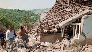 Bybor besöker ett hus som förstörts under Natos flygangrepp i byn Ripanj utanför Belgrad, 31 maj 1999.