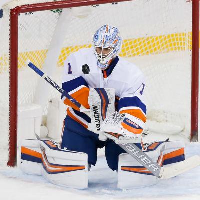 New York Islanders Thomas Greiss parerar ett skott.