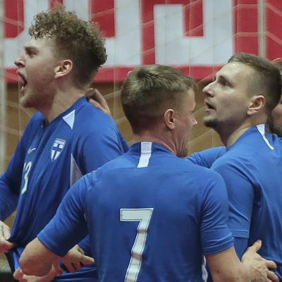 Finlands futsallandslag firar efter att ha gjort mål.